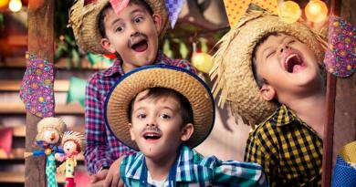 a imagem mostra três crianças com roupa de capira em festa junina, empresa https://www.bigcerebro.com.br
